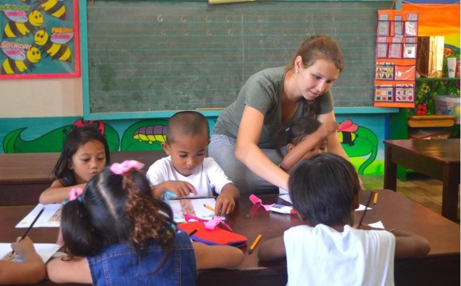 Une volontaire de Projects Abroad dirige un atelier d'arts plastiques avec des enfants aux Philippines